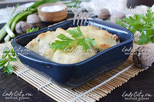 Достаньте формочки из духовки, поставьте на тарелки, украсьте веточками зелени и подайте к столу.